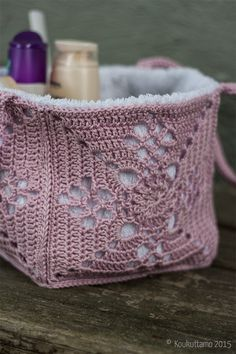 A little beauty bag Crochet Home, Crochet Granny, Knit Crochet, Granny Square Projects, Crochet Backpack, Crochet Fashion, Yarn Crafts, Handicraft, Crochet Patterns