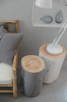 modernes graues wohnzimmer mit zwei interessanten tischen aus baumstamm