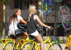 Mujeres bicicletas y burbujas