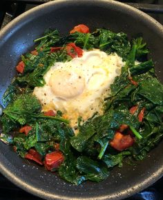 Wnat a fast way to prepare an egg in the morning? A delicious and nutritious Superfood Egg! Egg Fast, Roma Tomatoes, Vegetarian Paleo, How To Cook Eggs, Egg Recipes, Healthy Fats, Superfood, Cooking Time