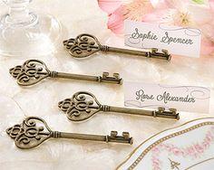 Marque place vintage, ces clefs en métal vieilli ouvriront la porte des sentiments de tous vos invités... et permettront de les placer avec originalité ! http://www.mariage.fr/clefs-laiton-vieilli-marque-place-avec-etiquettes-x4.html