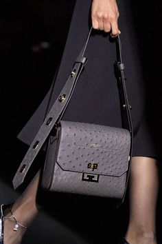 Fashion Shows - Givenchy Herbst/Winter 2019 Ready-to-Wear - Details - VOGUE Germany - Frauen Taschen Fall Handbags, Cheap Handbags, Burberry Handbags, Handbags On Sale, Luxury Handbags, Fashion Handbags, Purses And Handbags, Fashion Bags, Luxury Purses