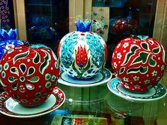 Elma ve Nar Formunda Altlıklı Mumluklar #ceramic #candle #mumluk #handmade #ceramiccandle #turkishmotifs #traditionalarts #artcraft #anatolia #handcrafted #design #decoration #homedecor #seramik #çini #tile #iznik #creative Ceramic Painting, Ceramic Art, Holiday Gifts, Holiday Decor, Grenade, Christmas Bulbs, Decoration, Clay, Easter