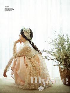 Love the sleeves, the sheer, and how she has a work of art in her hair. Korean Traditional Dress, Traditional Fashion, Traditional Dresses, Korean Dress, Korean Outfits, Modern Hanbok, Oriental Dress, Korean Wedding, Dress Attire
