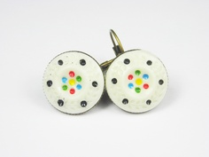 Silberfarbene Ohrringe mit handbemaltem Porzellananhänger.