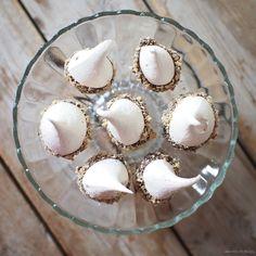 Bezé 2 bílky (cca 70 g mražených) špetka soli 110 g krupicového cukru 1 lžička citronové šťávy 100 g hořké čokolády 50 g lís...