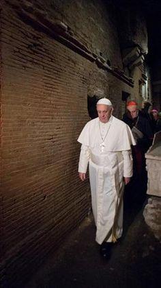 En un geste inédit, le Pape François a choisi de visiter les grottes vaticanes et la tombe de St Pierre au cours de l'après-midi du lundi de Pâques. Avril 2013.