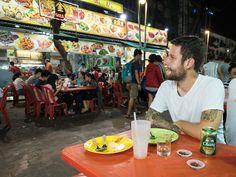 Marco an einem Tisch in der Jalan Alor Kuala Lumpur, Vodka Bottle, Marketing, Kiosk, Drinks, Box, Fun Places To Go, Travel Report, Travel Advice