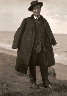 in studio a Vienna; l'unica fotografia in cui Mahler è ritratto sorridente
