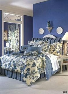 Peaceful bedroom decor featuring a blue and white color scheme. Blue Rooms, White Bedroom, Blue Walls, Azul Anil, Blue Bedding, Toile Bedding, Guest Bedrooms, White Decor, Beautiful Bedrooms