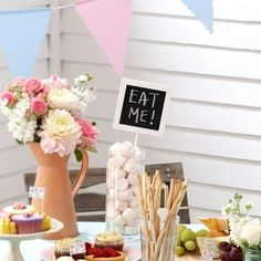5st Vintage Rose Krijtbord op standaard  | chalkbord wedding | Shop de leukste bruilofts decoraties hier: www.weddingdeco.nl Chalkboard Wedding, Vintage Roses, Table Decorations, Babyshower, Home Decor, Decoration Home, Room Decor, Baby Shower, Baby Showers