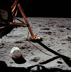 NASA celebrates 45 glorious years of man's first step in moon by renaming the launch ground of Apollo 11 after Neil Armstrong. Read on for more details. Neil Armstrong, Moon Missions, Apollo Missions, Mission Apollo 11, Apollo Space Program, Apollo 11 Moon Landing, Photos Originales, Art En Ligne, Space Race