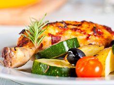 Pikantes Ofengericht mit Hähnchenkeulen, Kartoffeln, Oliven, Kirschtomaten und Rosmarin  Dieses herrlich aromatische Ofengericht ist in Minuten vorbereitet. Genießen Sie knuspriges Hähnchen und wunderbar aromatisches Gemüse.  http://einfach-schnell-gesund-kochen.de/pikantes-ofengericht-mit-hahnchenkeulen-kartoffeln-oliven-kirschtomaten-und-rosmarin/