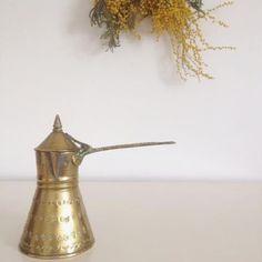 Ancienne théière Libanaise en laiton à ornements via un lundi ordinaire. Click on the image to see more!