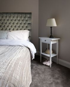Ombonat sovrum med sänggavel och heltäckningsmatta - Sköna hem