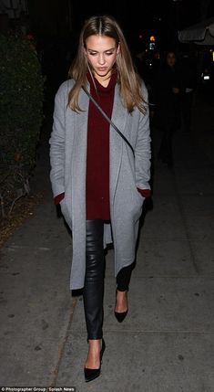 Jessica Alba and Cash Warren leave daughters at home for a date night Casual chic: The actress and Honest Company co-founder wore a purple sweater and leather skinny jeans under a grey coat, teamed with black high-heeled pumps. Glamouröse Outfits, Outfits Mujer, Fall Outfits, Casual Outfits, Fashion Outfits, Jessica Alba Outfit, Jessica Alba Style, Jessica Alba Fashion, Jessica Alba Casual