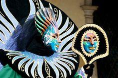 Durante o Carnaval, centenas de pessoas vestindo trajes coloridos e maravilhosas máscaras chegar a Veneza de todo o mundo.