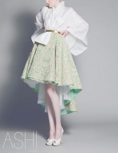Not familar with Japanese wedding dresses but this is obviously a modern take It s beautiful walkingthruafog Japanese bride Ethnic Fashion, Fashion Art, Fashion Design, Modern Fashion, Couture Mode, Couture Fashion, Japanese Fashion, Modern Japanese Clothing, Modern Kimono