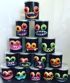 Tol Pringles beplakken met zwart papier, mondjes printen op stickervel,  snoepoogjes verpakken in vershoudfolie. De mondjes op de beplakte Pringles rol plakken en de oogjes met dubbelzijdig tape bevestigen! *mondjes via Google **oogjes v Xenos Halloweensnoep, in gesloten verpakking heel langhoudbaar dus alvast  kopen in Oktober ;) - treats - halloween - tractatie - jongen - stoer - monsters - school