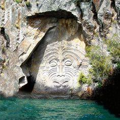 Une des portes d'accès à la Terre Creuse, en Nouvelle Zélande, non explorée, jamais ouverte, mais désignée par les légendes locales.