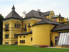 Salzburg déli részén immár 400 éve a víz a főszereplő. Pompázatos szökőkutak, medencék és vízi játékok várják itt a látogatókat: ez a Hellbrunni kastély. Mansions, House Styles, Home Decor, Decoration Home, Manor Houses, Room Decor, Villas, Mansion, Home Interior Design