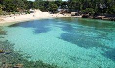 Tipología: Cala de arena blanca, de 75 metros de longitud y 20 de anchura Situación: A 4 kilómetros de Sant Antoni Cala Saladeta es, sin duda, uno de los rincones paradisíacos de Ibiza, hecho que la convierte en los meses de julio y agosto en un lugar muy frecuentado. La playa, de arena fina y …