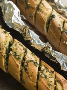Knoflook-stokbrood (natuurlijk ook te doen met volkoren stokbrood en bakpapier).