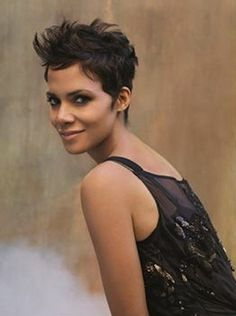 Halle can rock a pixie haircut better than anyone because of her stunning face, dramatic eyes, stellar skin tone and luscious lips. Her current pixie cut is. Halle Berry Pixie, Halle Berry Short Hair, Best Pixie Cuts, Short Hair Cuts, Pixie Hairstyles, Cool Hairstyles, Halle Berry Hairstyles, Celebrity Hairstyles, Pixie Haircuts