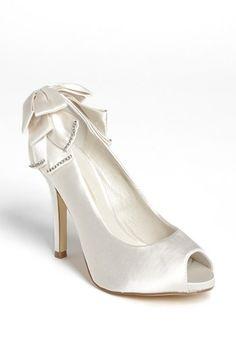 En Riomar fotógrafos nos gustan estos zapatos de novia con original lazo atrás. http://riomarfotografosdeboda.com