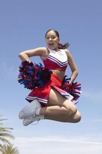 All those pikes, herkies and split jumps may look easy when you see them on TV, but cheerleaders actually have to work pretty hard to pull off those feats with ease. Cheerleading Pom Poms, Cheerleading Tryouts, Cheerleading Equipment, Cheer Jumps, Cheer Pictures, Cheer Pics, Cheer Stuff, Stretch Routine, Effective Ab Workouts