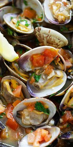 Italian Sauteed Clams - Skillet sauteed clams with garlic, tomatoes, white wine and parsley. This recipe tastes just like restaurants straight from Italy! Clam Recipes, Seafood Recipes, Asian Recipes, Dinner Recipes, Cooking Recipes, Healthy Recipes, Zoodle Recipes, Crockpot Recipes, Easy Recipes