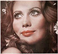 70's makeup - simple - big eyelashes, light eyeshadow, light lip color