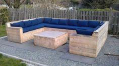 palette aménagement canapé coussins bleu table basse salon idée