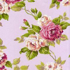 Papel pintado con rosas en colores rosa pastel y blancos, hojas en verde y fondo rosa palo.   Con una increíble estética de papel pintado a mano y su textura que imita a los trazos de un pincel, su diseño es de un claro y marcado estilo inglés perfecto para caulqueir decoración clásica.