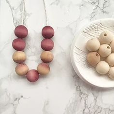 Natural Dyeing with red wine and hot drinks. Free tutorial project on how to natural dye wooden beads with wine and hot drinks. Wood Bead Garland, Beaded Garland, Easy Craft Projects, Easy Crafts, Craft Ideas, Art Projects, All You Need Is, Diy Bunny Toys, Paper Beads Tutorial