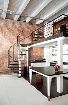 Лестница на второй этаж (50 фото): варианты оформления в частном доме http://happymodern.ru/lestnica-na-vtoroj-etazh-40-foto-varianty-oformleniya-v-chastnom-dome/ Лестница на второй этаж. Переходный дизайн легкой металлической винтовой лестницы, идеально вписывающийся в двухуровневый лофт