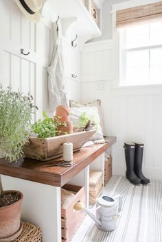 Our decor has become a tricky thing for me, as I strive to figure out exactly how I want our home to feel and discover ways to fill it with things that are truly meaningful for our family. I find myself spending more time outdoors and gardening for the first time in my life. I am soothed by the simplicity of working with plants and flowers. There is just such a beauty and calm in growing things. #SummerDecor #HomeDecor #SummerIdeas Natural Home Decor, Eclectic Decor, Modern Decor, E Design, Design Ideas, Interior Design, Cheap Home Decor, Home Decor Accessories, Fixer Upper