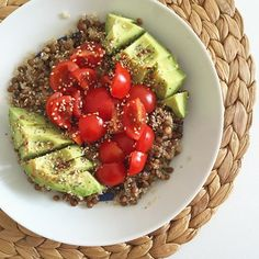 SALADE TIME Déjeuner frais et rapide pour ce midi : salade lentilles /quinoa / tomates /avocat  Juste délicieux et simplissime #food #foodlover #yummy #miam #cook #home #bordeaux #bordelaise #bordeauxmaville #france #girl #green #healthy #detox