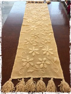 Caminos De Mesa Bordados A Mano - $ 2.100,00 Mexican Embroidery, Hand Work Embroidery, Hand Embroidery Stitches, Silk Ribbon Embroidery, Hand Embroidery Designs, Diy Embroidery, Embroidery Patterns, Burlap Table Runners, Running Stitch