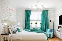 Белая спальня с использованием текстиля бирюзового цвета