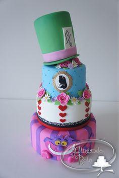 Bolo cenográfico Alice no Pais das Maravilhas    Temos também suporte para bolo, bandejas, personagens, lembrancinhas, velas personalizadas, tudo para compor o tema. Informe a data da festa e consulte!