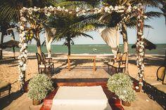 Altar para cerimônia na praia com gazebo em flores e vasos de gipsofila. Foto: Nelson Neto