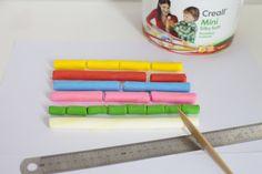 Ik klei me een breuk! Met Creall Mini SilkySoft kun je prachtig gekleurde en heerlijk aanvoelende breukenstroken maken. Laat de kinderen stroken van 20 cm maken die bijvoorbeeld verdeeld worden in twee, drie, vier, vijf of acht stukken. Om de kinderen met behulp van klei te laten ervaren wat een vierde, een vijfde of een achtste is, moeten ze de lineaal gebruiken. Uitgaand van een strook van 20 cm zullen ze ontdekken dat een vierde deel 5 cm is en een achtste deel 2,5 cm.