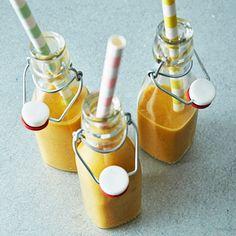 Golden milk är den senaste trenddrycken från USA. Den innehåller gurkmeja, som sägs ha antiinflammatoriska egenskaper och en rad andra hälsofördelar. Basen är en kryddig golden milk paste, som här används till en golden milk smoothie. Drick och njut! Juice Smoothie, Smoothies, Golden Milk Paste, Healthy Juices, Hot Sauce Bottles, Lchf, Recipies, Beverages, Good Food