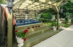 Dies ist eine schöne schattige Flucht wo Sie legen können können, zurück und lassen Sie Ihre Sorgen weg treiben. Hinzufügen von Kerzen und Blumen verwandelt diesen Whirlpool-Raum in den perfekten romantischen Kurzurlaub in Ihrem eigenen Hinterhof.