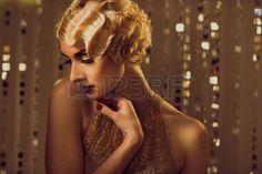 acconciature: Elegante donna retr? bionda in abito d'oro con bella acconciatura e rossetto rosso