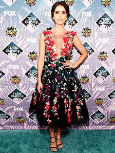 Teen Wolf-StarShelley Hennigließ Blumen sprechen in diesem hinreißend femininen Kleid von Marchesa.