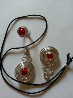 Conjunto de alambre en color plata y cuentas rojas de cristal checo