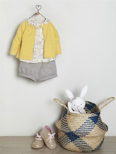 Silhouettes CARDIGAN BÉBÉ COL ROND + SHORT BOULE BÉBÉ EN FLANELLE + PELUCHE LAPIN NOEUD - Toddler Outfits, Kids Outfits, Baby Outfits, Baby Tiara, Toddler Girl, Baby Kids, Cardigan Bebe, Baby Flannel, Baby Silhouette