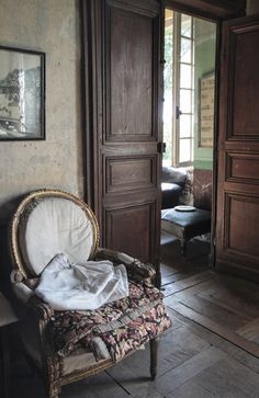 Le Château, Peter Gabriëlse's home, Normandy, France, first floor bedroom Antique Interior, French Country Style, French Farmhouse, Interior Design Services, Beautiful Interiors, French Interiors, Decoration, Interior And Exterior, Living Spaces